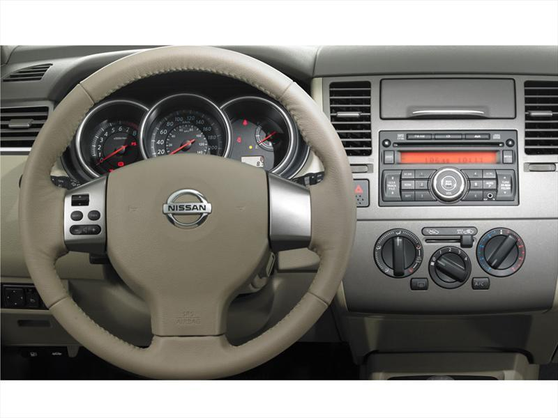 Nissan tiida hatchback tekna 2013