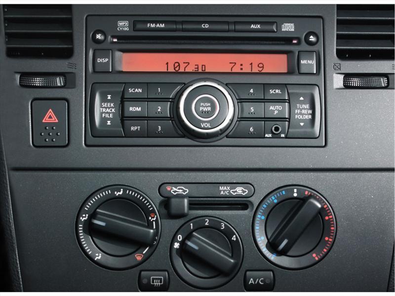 Nissan Tiida Sedan Custom (2012)