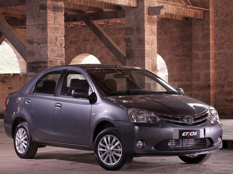 Toyota Etios Sedán X (2015)