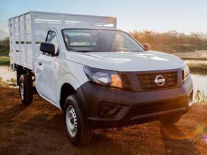 Nissan NP300 2.5L Estacas Dh A/A Paquete de Seguridad nuevo color Plata precio $344,300